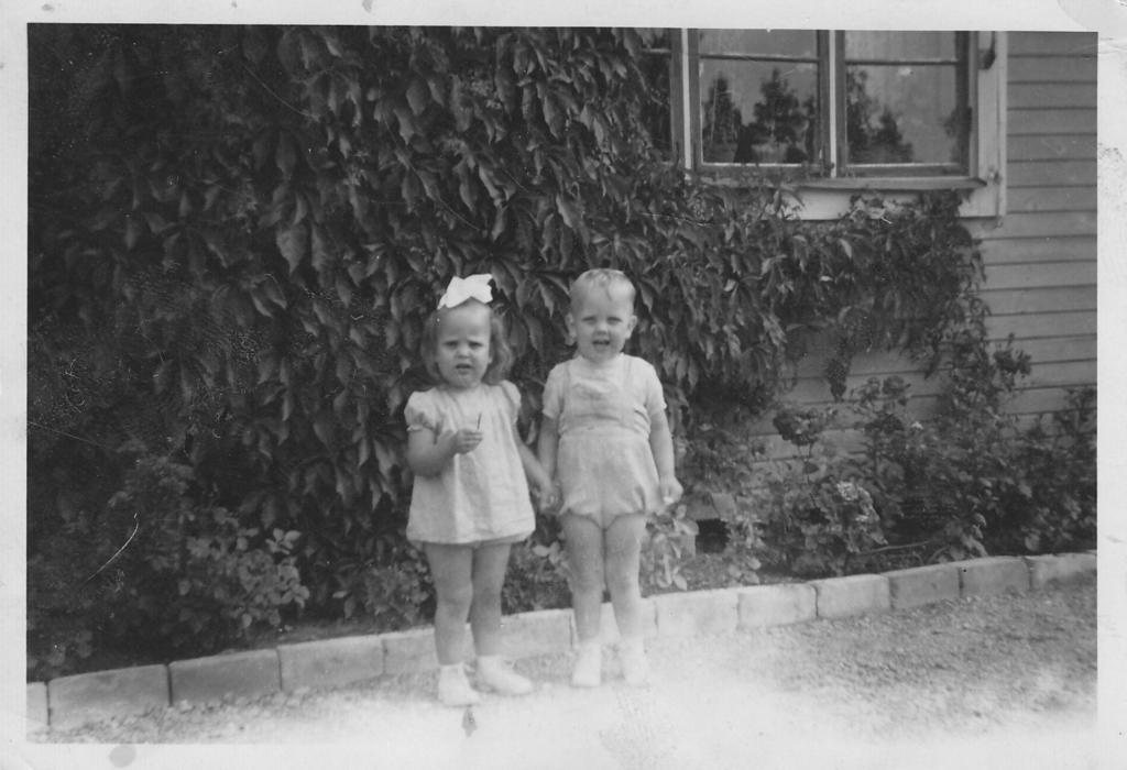 Na Foto: Sture Bergwall e sua irmgã gêmea. Data desconhecida. Créditos: Twitter Bergwall