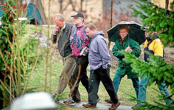 Na Foto: Sture Bergwall (de boné preto) durante a reconstituição do assassinato de