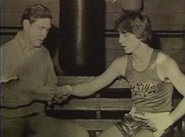 Na Foto: Billy Collins ajusta a atadura na mão do seu filho Billy Collins Jr.