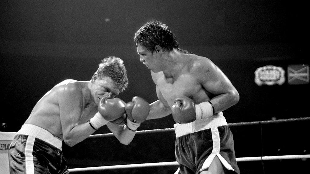 Na Foto: Luis Resto (a direita) acerta um duro golpe em Billy Collins Jr. Todos no ginásio ficaram abismados com o completo domínio de Resto sobre Collins.