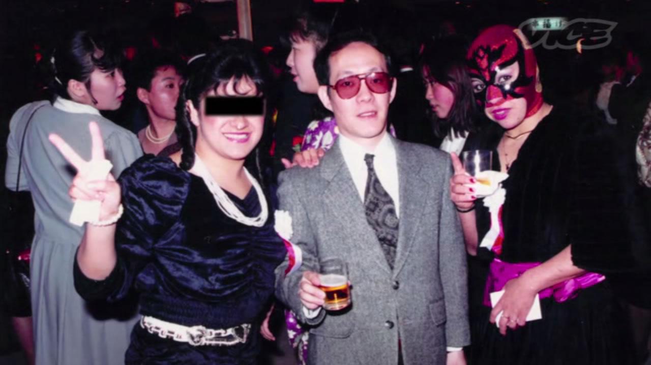 Na Foto: Issei Sagawa ao lado da sua paixão: As mulheres.