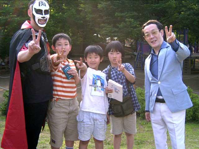 Na Foto: Issei Sagawa posa para fotos com alguns fans.