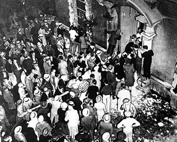 Na Foto: Multidão furiosa Invade a cadeia