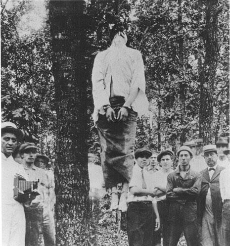 Na Foto: Leo Frank enforcado. Na imagem é possível ver um homem segurando uma máquina fotográfica.
