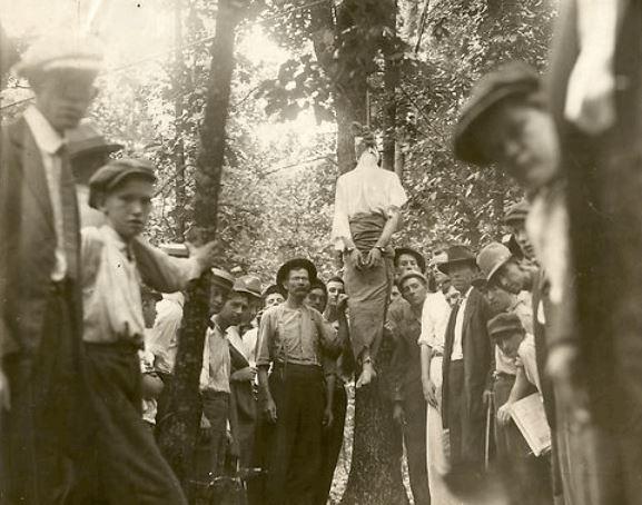 Na Foto: Os Cavaleiros de Mary Phagan posam ao lado do corpo dependurao de Leo Frank.