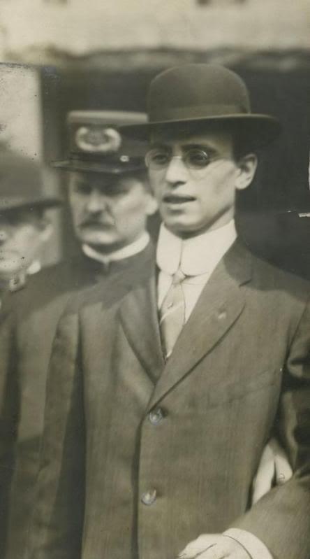 Na Foto: Leo Frank, bastante magro, durante os dias do seu julgamento.