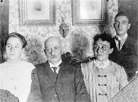 Na Foto: Leo Frank, à direita, e sua família.