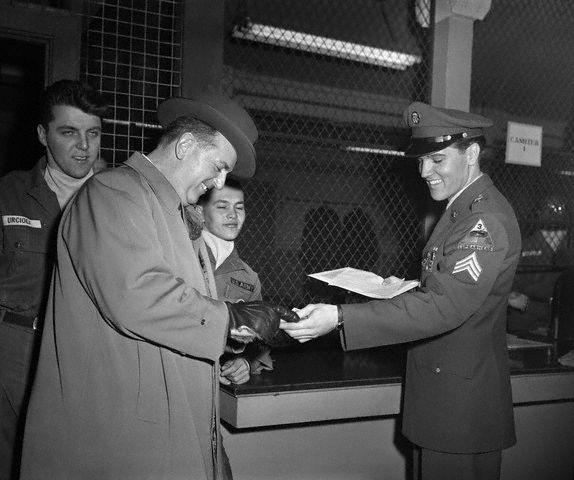 Na foto: O Coronel Tom Parker e Elvis Presley em 1960, quando foi dispensado pelo exército. A ida de Elvis ao exército foi uma jogada de marketing planejada pelo coronel.