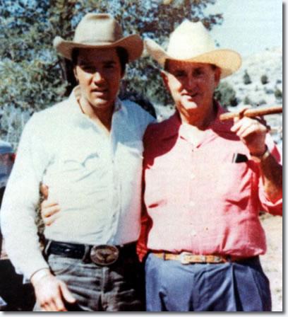 """Na Foto: Elvis e Tom Parker durante as filmagens do filme """"Stay Away Joe"""""""