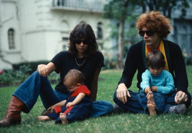 Na Foto: John Paul Getty III com sua mulher e filhos.
