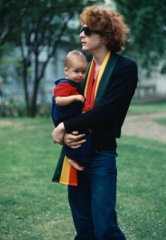 Na Foto: John Paul Getty III e seu filho Balthazar. Balthazar se tornaria um famoso ator de hollywood quando adulto.