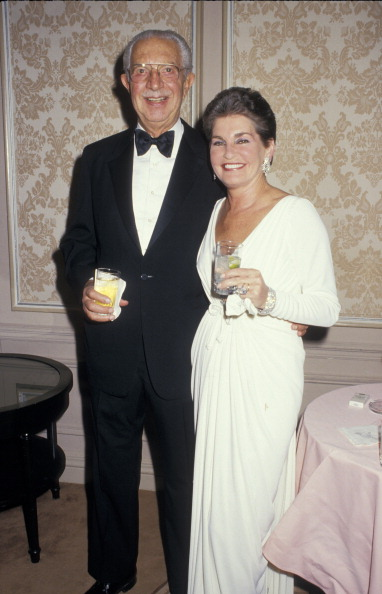 Na Foto: O Casal Harry e Leona Helmsley em uma festa num dos hotéis do casal em 1987. Créditos: Getty Images.