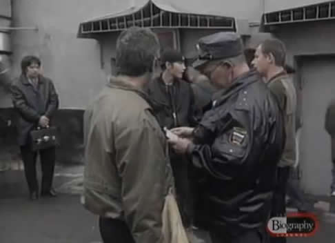 Na Foto: No segundo semestre do ano de 1990, a população de Rostov-on-Don foi surpreendida por . Na imagem acima, um cidadão de Rostov é interrogado por um policial. Créditos: Biography Channel.