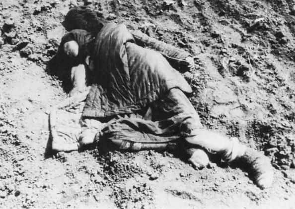 Na Foto: O cadáver de uma jovem mulher apodrece perto da cidade de Poltava. Data: 01 de Janeiro de 1934. Créditos: Getty Images.