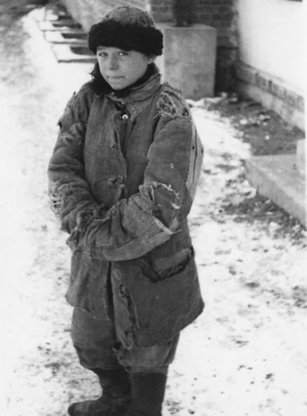 Na Foto: Garoto é fotografado em Moscou após chegar de Trem da Ucrânia. Seus pais morreram durante a viagem e ele passou a vagar pelas ruas da cidade sem destino. Créditos: Getty Images.
