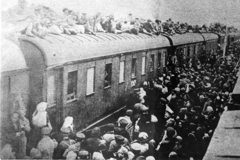 Na Foto: Milhares de pessoas tentam escapar da fome na Ucrânia embarcando em Trens para a Rússia. A grande maioria morriam durante a viagem.