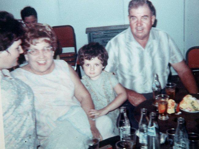 Na Foto: A Pequena Tracey Wigginton ao lado dos avós. Quem imaginaria que essa criançinha quase arrancaria a cabeça de um homem ?