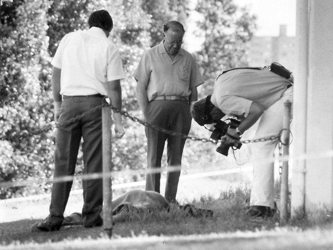 Na Foto: Investigadores inspecionam o corpo de Edward. Créditos: The Courier-Mail