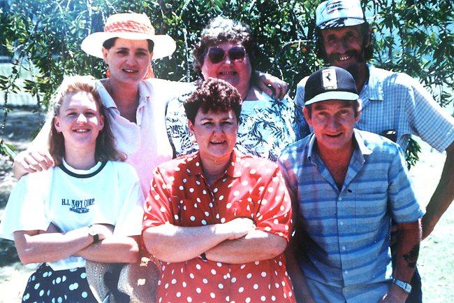 Na Foto: Tracey Wigginton (no fundo à esquerda.) com familiares