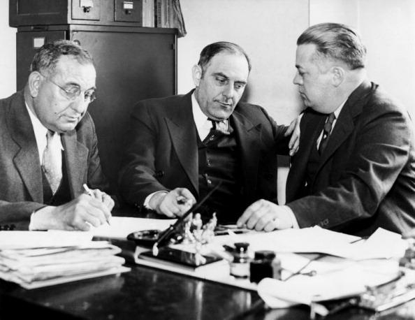 Na Foto: Victor Lustig (ao centro) é interrogado por detetives no dia 01 de Maio de 1935.  Créditos: Getty Images.