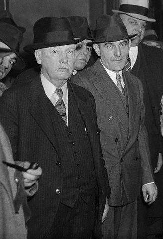 Na Foto: Victor Lustig, ao centro, em uma das audiências pré-julgamento no dia 20 de novembro de 1935. Créditos: Corbis.