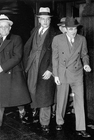 Na Foto: Victor Lustig (à direita) deixa o tribunal durante seu julgamento em dezembro de 1935. Créditos: Corbis.