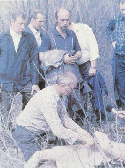 Na Foto: Durante reconstiuição, Chikatilo mostra como assassinou uma de suas vítimas.