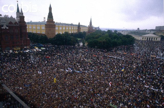 Na Foto: Um dos inúmeros protestos ocorridos na Praça Vermelha em Moscou durante o ano de 1990. Créditos: Corbis.