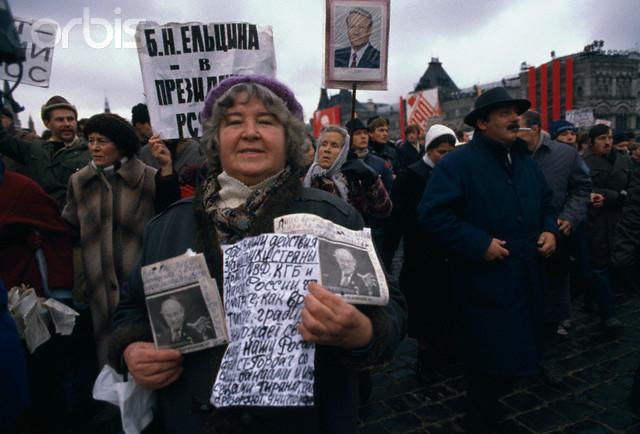 Na Foto: Mulher segura o retrato do então presidente russo Mikhail Gorbatchev durante protestos ocorridos na Praça Vermelha em outubro de 1990. Créditos: Corbis.