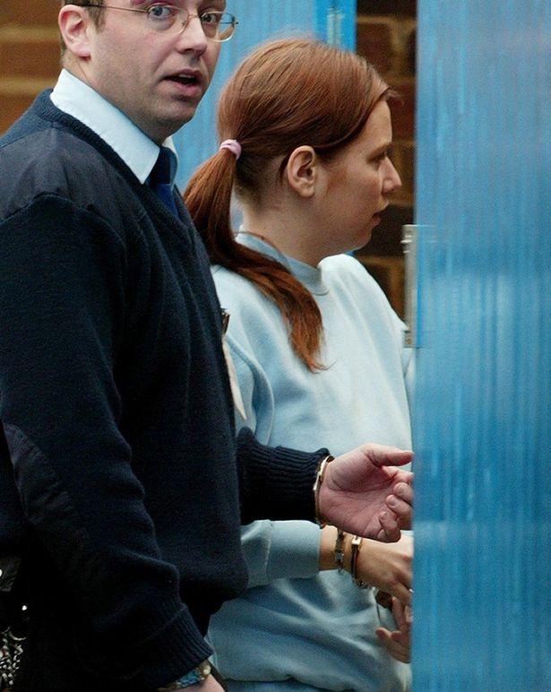 Na Foto: Nicola entrando algemada no Tribunal em 2005 pelo assassinato de sua mãe.
