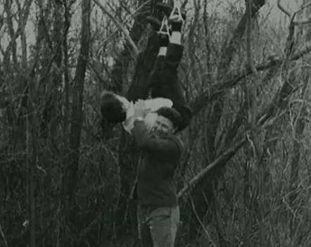 Na Foto: Anatoly Slivko e uma de suas vítimas. Imagem retirada de uma de suas filmagens.