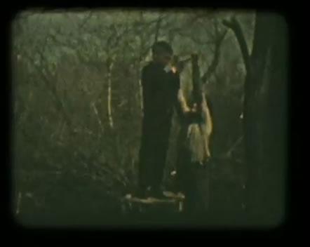"""Na Foto: Anatoly Slivko (à direita) durante o """"processo de crescimento"""" com uma de suas vítimas. Imagem tirada de uma das filmagens de Anatoly Slivko."""