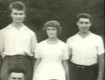 Na Foto: Andrei Chikatilo, à esquerda, sua irmã Tanya, ao meio, e amigos. Data desconhecida.
