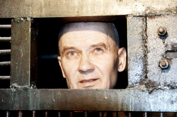 Na Foto: Andrei Chikatilo, de dentro de sua cela, conversa com repórteres poucos meses antes de sua execução.