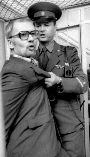 Na Foto: Ao ouvir a decisão do Juiz, Andrei Chikatilo gritou frases sem sentido e teve de ser arrastado por um policial para fora de sua jaula.