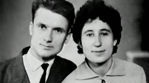 Na Foto: Andrei Chikatilo e sua eposa Feodosiya.
