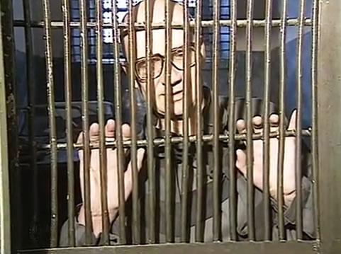 Na Foto: Andrei Romanovich Chikatilo é fotografado em sua cela durante uma entrevista.