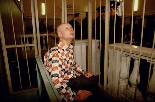 Na Foto: Preso dentro de uma jaula, o comportamento de Andrei Chikatilo era completamente bizarro. Fazia movimentos com o pescoço enquanto seus olhos reviravam.