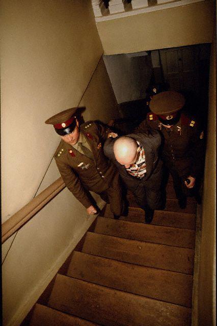 Na Foto: Chikatilo é levado até a sala de Julgamento.