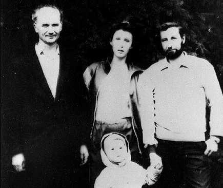 Na Foto: Andrei Chikatilo, à esquerda, com sua filha Lyudmila e seu netinho.
