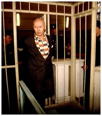 Na Foto: Andrei Chikatilo entrando dentro de uma jaula na sala do Tribunal.