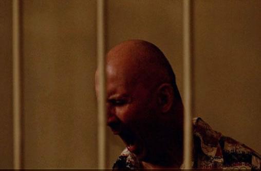 Na Foto: Chikatilo boceja durante o seu julgamento.