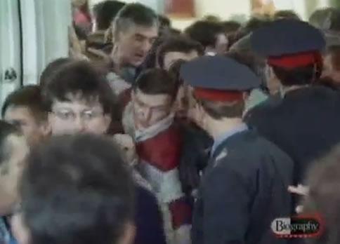 """Na Foto: Uma multidão compareceu ao Tribunal de Rostov no dia 14 de abril de 1992 para o que foi chamado de """"O Julgamento do Século"""". Créditos: Biography Channel."""