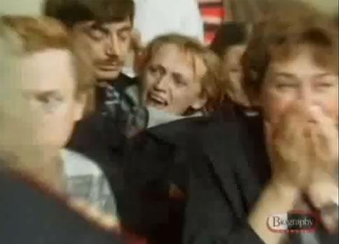Na Foto: Parentes das vítimas se desesperam ao ver o acusado, Andrei Chikatilo, entrando no tribunal. Créditos: Biography Channel.