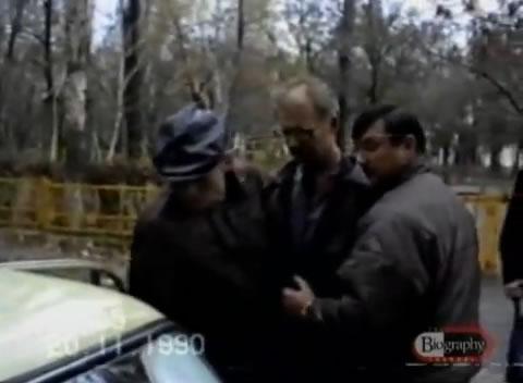 Na Foto: Andrei Chikatilo, ao centro, é preso em conexão com os assassinatos em série do Estripador da Floresta. Créditos: Biography Channel.