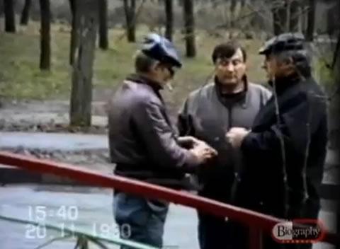 Na Foto: Policiais disfarçados articulam a prisão de Andrei Chikatilo nos arredores de um Parque em Novocherkassk. Créditos: Biography Channel.