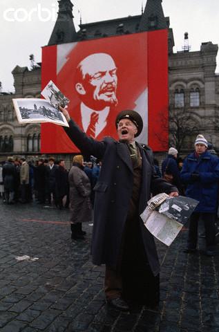 Na Foto: Homem protesta contra o governo durante manifestação na Praça Vermelha em Moscou em outubro de 1990. Créditos: Corbis.