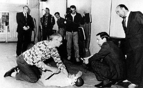 Na Foto: No quartel da KGB, Chikatilo mostra a investigadores como assassinava suas vítimas.