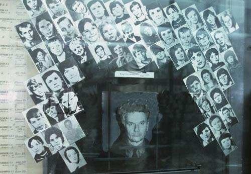 Na Foto: Andrei Romanovich Chikatilo cercado por fotos de suas vítimas.