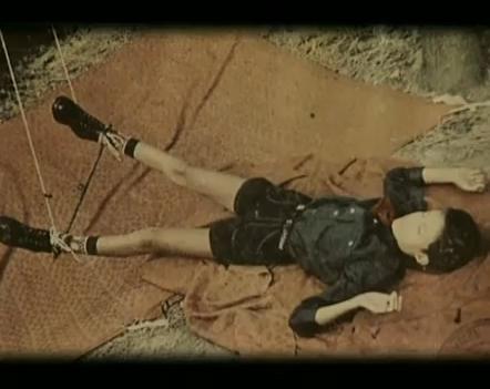 Na Foto: Vítima de Anatoly Slivko. Após desacordar as vítimas, Anatoly dava início a um bizarro ritual onde amarrava as vítimas com cordas e as colocavam em posições sugestivas. Imagem tirada de uma das filmagens de Anatoly Slivko.